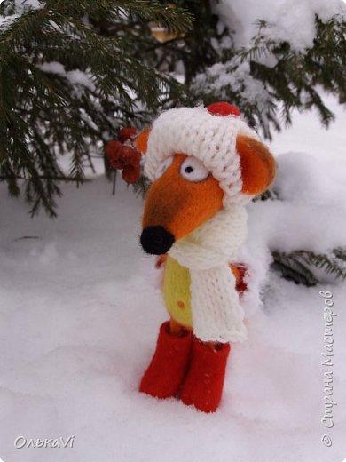 Очень кстати у нас выпал свежий снежок, Лис отправился к проруби рыбачить на волчий хвост)))) фото 11