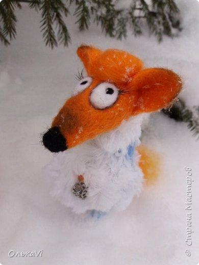 Очень кстати у нас выпал свежий снежок, Лис отправился к проруби рыбачить на волчий хвост)))) фото 5