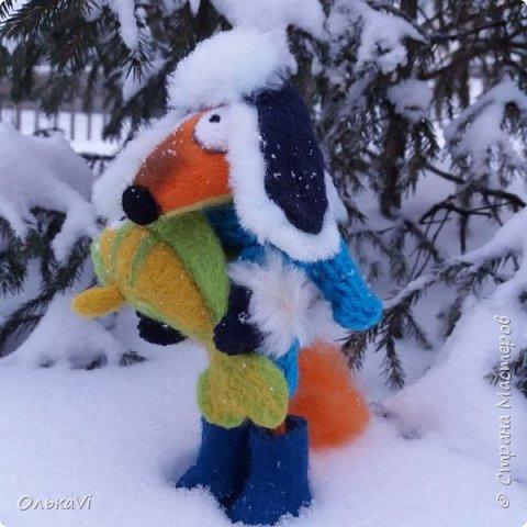 Очень кстати у нас выпал свежий снежок, Лис отправился к проруби рыбачить на волчий хвост)))) фото 3