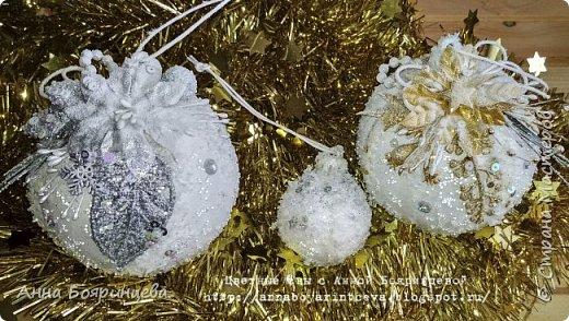 Всем привет!!!!! Сегодня покажу новогодние шарики, которые творила пока пропала. Сегодня покажу белые. Набор шариков диаметром 8см и малыш 4 см. Шарики с оформлением золото и серебро. На них много слоев грунта, краски,лака, а также глиттер, искусственный снег, пайетки, миллион хрустальных шариков. И все припорошено инеем. Фото не передает всей красоты. Не видно что весь шарик покрыт глиттером, он достаточно мелкий. В живую все переливается, блестит. А еще есть уже заготовки!!!!!!! которые остается только задекорировать))))))  вот они все вместе фото 1