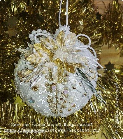 Всем привет!!!!! Сегодня покажу новогодние шарики, которые творила пока пропала. Сегодня покажу белые. Набор шариков диаметром 8см и малыш 4 см. Шарики с оформлением золото и серебро. На них много слоев грунта, краски,лака, а также глиттер, искусственный снег, пайетки, миллион хрустальных шариков. И все припорошено инеем. Фото не передает всей красоты. Не видно что весь шарик покрыт глиттером, он достаточно мелкий. В живую все переливается, блестит. А еще есть уже заготовки!!!!!!! которые остается только задекорировать))))))  вот они все вместе фото 2
