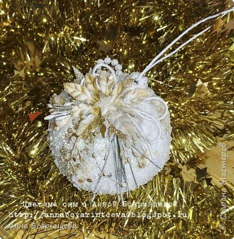 Всем привет!!!!! Сегодня покажу новогодние шарики, которые творила пока пропала. Сегодня покажу белые. Набор шариков диаметром 8см и малыш 4 см. Шарики с оформлением золото и серебро. На них много слоев грунта, краски,лака, а также глиттер, искусственный снег, пайетки, миллион хрустальных шариков. И все припорошено инеем. Фото не передает всей красоты. Не видно что весь шарик покрыт глиттером, он достаточно мелкий. В живую все переливается, блестит. А еще есть уже заготовки!!!!!!! которые остается только задекорировать))))))  вот они все вместе фото 4