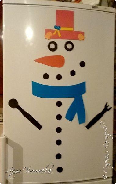 Хочу поделиться идеей украшения холодильника. Это очень просто и интересно. Кстати, это был первый день адвента.  Итак, нам понадобится: - цветной картон - магниты (мы брали мягкие рекламные) - клей или двусторонний скотч - всякие паеточки, цветочки и прочие украшалки - немного фантазии и хорошее настроение фото 3