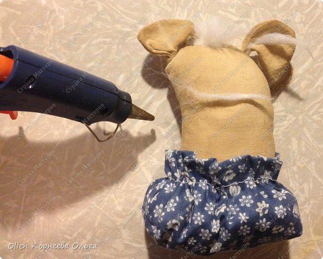 Здравствуйте! Вот и мы с дочкой решили приготовить на подарки кофейных чердачных собачек - символ наступающего 2018 года. Время еще есть, примитивные игрушки шить просто и быстро. Так что предлагаем наш вариант смешных собачек в мешочках. фото 20