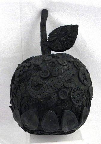 """Оказывается, что этот мастер-класс у меня юбилейный-50!  Кто ещё тут не выращивал яблок? Именно для вас я и сделала этот мастер-класс))). Каких только яблок ни делали мастерицы в нашей Стране Мастеров: и лепные, и кружевные и в пейп-арте...и у каждой есть свои секретики и по форме , и по оформлению этого прекрасного фрукта. Этот фрукт - универсальный подарок на любой праздник...сделал на нём сердечко - будет на день рождения или День Любви...сделал дерево - вообще для всех! И как символ богатства и плодовитости, и как достатка в доме...  Для МАСТЕРОВ я вряд ли расскажу что-то новое, но новичкам , надеюсь, мой МК будет полезен. Тем более, что мне снова заказали """"жалезные"""" яблоки на подарки мужчинам, им почему-то нравится этот фрукт.))) фото 10"""
