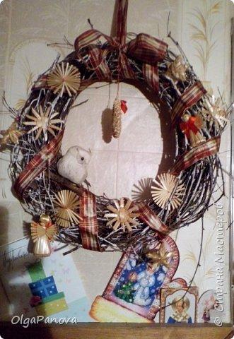 Сплела из березовых веточек веночек, скрасила игрушками из соломки и лентой, закрепила птичку- получился эко-новогодний-веночек. Украшает прихожую в доме.