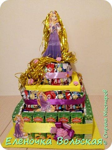 """Вот такой тортик """"Рапунцель"""" мы отнесли в детский сад. Сделан он из соков и ЧокоПай :) всё по 30 шт., украшен искусственными цветами, лентами и фигуркой Рапунцель. фото 1"""