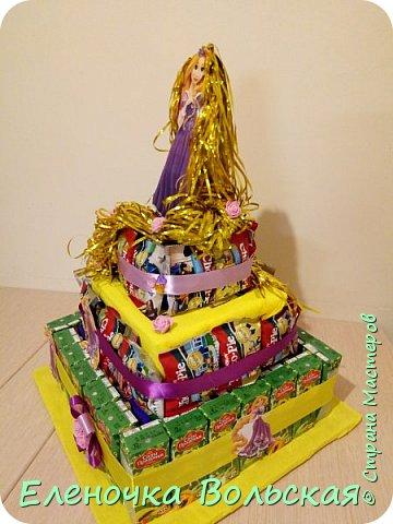 """Вот такой тортик """"Рапунцель"""" мы отнесли в детский сад. Сделан он из соков и ЧокоПай :) всё по 30 шт., украшен искусственными цветами, лентами и фигуркой Рапунцель. фото 4"""