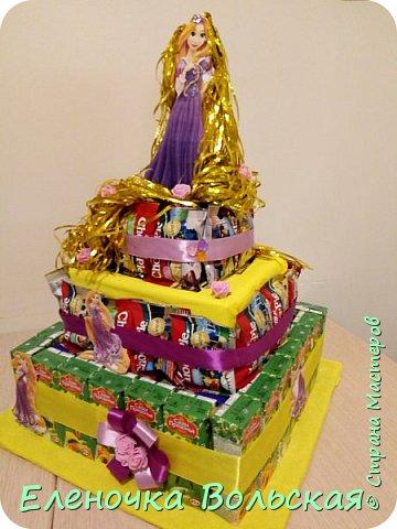 """Вот такой тортик """"Рапунцель"""" мы отнесли в детский сад. Сделан он из соков и ЧокоПай :) всё по 30 шт., украшен искусственными цветами, лентами и фигуркой Рапунцель. фото 5"""