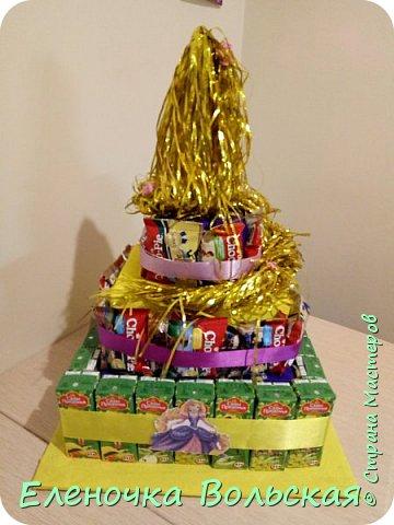 """Вот такой тортик """"Рапунцель"""" мы отнесли в детский сад. Сделан он из соков и ЧокоПай :) всё по 30 шт., украшен искусственными цветами, лентами и фигуркой Рапунцель. фото 8"""