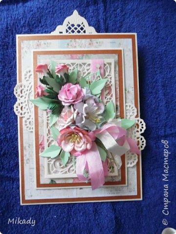 Здравствуйте! Сегодня я с открыткой на День рождения, сделанной в подарок для девушки. Открытка мольберт, цветочки все самодельные, я очень люблю их делать сама к каждой своей работе. Еще из украшений это конечно вырубка, она очень делает изделие нарядным и красивым.