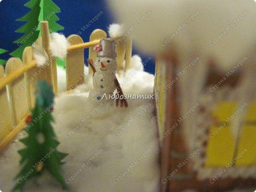 Здравствуйте дорогие мои!!! Ну очень соскучилась!!! Первый утренник позади и можно расслабиться...  Хочу показать вам поделки, которые я сделала для садика. Название так и не придумала. Хотя когда делала, то представляла себе загородный дом, 31 декабря, хозяева дома и ждут гостей... Дети мои были в восторге, всё предлагали оставить дома, а для садика сделать просто ёлку :-) И всё мечтали там побывать, зайти в дом, посмотреть что внутри... фото 11