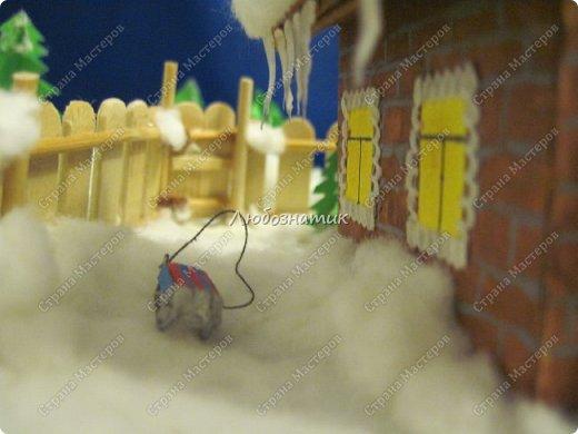 Здравствуйте дорогие мои!!! Ну очень соскучилась!!! Первый утренник позади и можно расслабиться...  Хочу показать вам поделки, которые я сделала для садика. Название так и не придумала. Хотя когда делала, то представляла себе загородный дом, 31 декабря, хозяева дома и ждут гостей... Дети мои были в восторге, всё предлагали оставить дома, а для садика сделать просто ёлку :-) И всё мечтали там побывать, зайти в дом, посмотреть что внутри... фото 14