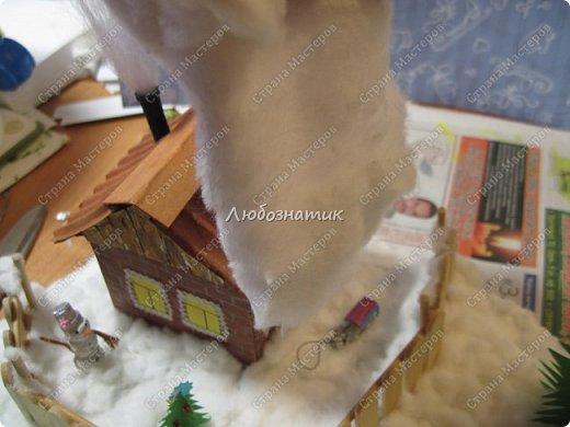 Здравствуйте дорогие мои!!! Ну очень соскучилась!!! Первый утренник позади и можно расслабиться...  Хочу показать вам поделки, которые я сделала для садика. Название так и не придумала. Хотя когда делала, то представляла себе загородный дом, 31 декабря, хозяева дома и ждут гостей... Дети мои были в восторге, всё предлагали оставить дома, а для садика сделать просто ёлку :-) И всё мечтали там побывать, зайти в дом, посмотреть что внутри... фото 77