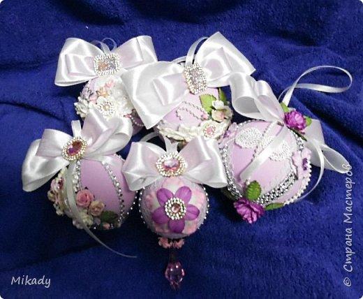 Здравствуйте! В этом году решили на елку украшения делать сами. Это шарики. В сиренево- розовом цвете, очень красивые получились, а на елке вообще супер!  фото 1