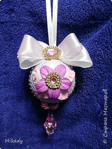 Здравствуйте! В этом году решили на елку украшения делать сами. Это шарики. В сиренево- розовом цвете, очень красивые получились, а на елке вообще супер!  фото 5