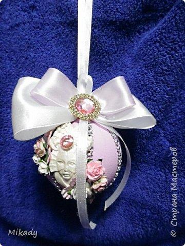 Здравствуйте! В этом году решили на елку украшения делать сами. Это шарики. В сиренево- розовом цвете, очень красивые получились, а на елке вообще супер!  фото 4