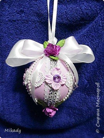 Здравствуйте! В этом году решили на елку украшения делать сами. Это шарики. В сиренево- розовом цвете, очень красивые получились, а на елке вообще супер!  фото 3