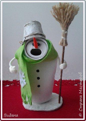 Доброго всем дня! Срочно понадобилась поделка на новогоднюю тему, а времени как всегда в обрез. Решила по-быстрому повторить увиденных когда-то в СМ снеговиков из жестяных банок от различных напитков . Поиском нашлись мои вдохновители: Наташа Скво https://stranamasterov.ru/node/857217 Аня Даша https://stranamasterov.ru/node/1121368 Yagodka74 https://stranamasterov.ru/node/1123255 Спасибо вам огромное!  фото 3
