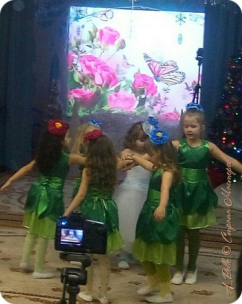 """Добрый вечер! Сегодня у Насти в саду был утренник, где дети показывали нам сказку """"Снежная королева"""". Выступление было очень интересным! Час пролетел как одно мгновение... Дети удивили, было очень приятно, что оказывается, мы растим таких талантливых малышей! фото 3"""