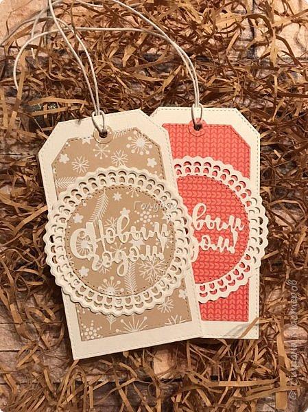 Все, в этом году это крайние новогодние открытки.  Первая выполнена по просьбе обязательно в двух цветах, но я позволила себе добавить велум от примы серебристый и листочки из пленки для шейкеров. Открытка не маленькая,  тк кармашек для сертификата нужен был. фото 6