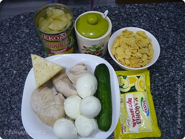 Привет Всем! Предлагаю еще один новогодний салат, очень красивый и вкусный! В основу можно заложить любой салат на Ваш вкус. Мне нравится сочетание курицы, ананаса и сладких кукурузных хлопьев. фото 4
