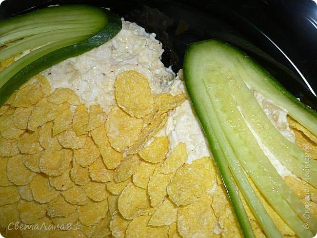 Привет Всем! Предлагаю еще один новогодний салат, очень красивый и вкусный! В основу можно заложить любой салат на Ваш вкус. Мне нравится сочетание курицы, ананаса и сладких кукурузных хлопьев. фото 14
