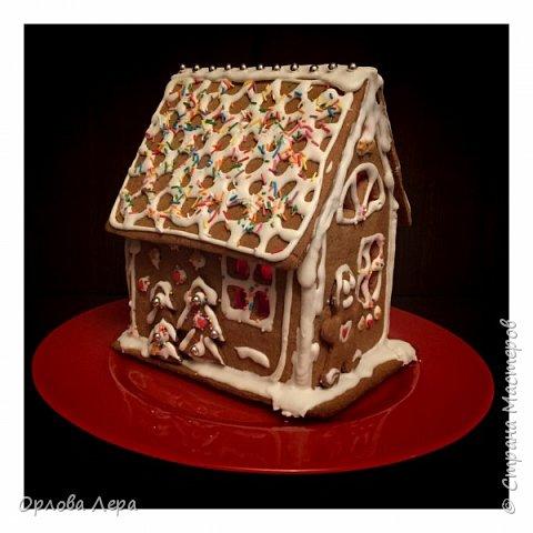 Такой сказочный домик может стать замечательным подарком на Новый год или на Рождество. И будет украшением любого праздничного стола.  Это второй домик в моей жизни. Первый я делала в прошлом году из имбирных пряников, но вкус меня разочаровал. Поэтому в этом году я решила заменить имбирные пряники на свои любимые имбирные печеньки:) Итак, вот отличный рецепт  Для такого домика нам потребуется: 100 гр очень мягкого сливочного масла (лучше использовать 82,5% жирности) 1 яйцо 200 гр муки 3 ч.л. меда 110 гр сахара 1,5 ч.л. пищевой соды (без горки) 2 ч.л. молотого имбиря 1 ч.л. молотого кардамона 1 ч.л. корицы (я очень люблю корицу, поэтому добавляла 3 ч.л.) Ход работы: 1. Растопить мёд на водяной бане или поставить в микроволновку на 15-20 секунд, чтобы он стал прозрачным и жидким. 2. Размять в миске сливочное масло и сахар, затем хорошенько перемешать миксером.  3. Добавить в смесь масла и сахара одно яйцо и растопленный мёд. Ещё раз перемешать миксером. 4. В отдельной миске смешать муку, соду и специи. Важно очень хорошо перемешать (можно просеять через сито) чтобы специи равномерно распределись. 5. Высыпать муку со специями в миску с масляной смесью и замесить тесто.  6. Если получается слишком жидким добавить ещё немного муки. 7. Затем оставить его в холодильнике часа на полтора что немного подмёрзло.   фото 11