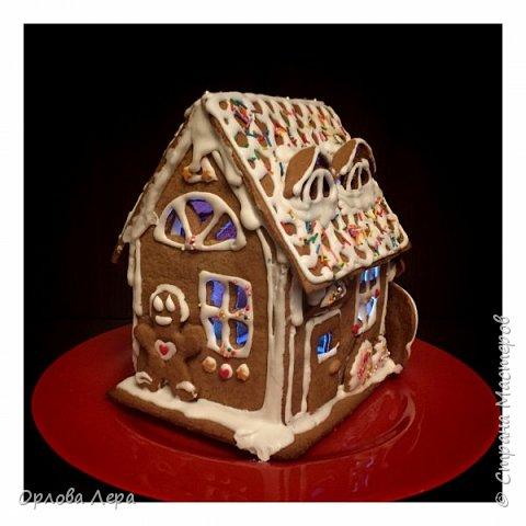 Такой сказочный домик может стать замечательным подарком на Новый год или на Рождество. И будет украшением любого праздничного стола.  Это второй домик в моей жизни. Первый я делала в прошлом году из имбирных пряников, но вкус меня разочаровал. Поэтому в этом году я решила заменить имбирные пряники на свои любимые имбирные печеньки:) Итак, вот отличный рецепт  Для такого домика нам потребуется: 100 гр очень мягкого сливочного масла (лучше использовать 82,5% жирности) 1 яйцо 200 гр муки 3 ч.л. меда 110 гр сахара 1,5 ч.л. пищевой соды (без горки) 2 ч.л. молотого имбиря 1 ч.л. молотого кардамона 1 ч.л. корицы (я очень люблю корицу, поэтому добавляла 3 ч.л.) Ход работы: 1. Растопить мёд на водяной бане или поставить в микроволновку на 15-20 секунд, чтобы он стал прозрачным и жидким. 2. Размять в миске сливочное масло и сахар, затем хорошенько перемешать миксером.  3. Добавить в смесь масла и сахара одно яйцо и растопленный мёд. Ещё раз перемешать миксером. 4. В отдельной миске смешать муку, соду и специи. Важно очень хорошо перемешать (можно просеять через сито) чтобы специи равномерно распределись. 5. Высыпать муку со специями в миску с масляной смесью и замесить тесто.  6. Если получается слишком жидким добавить ещё немного муки. 7. Затем оставить его в холодильнике часа на полтора что немного подмёрзло.   фото 10