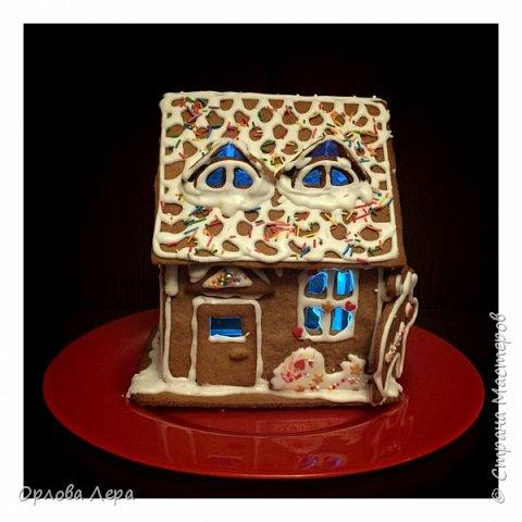 Такой сказочный домик может стать замечательным подарком на Новый год или на Рождество. И будет украшением любого праздничного стола.  Это второй домик в моей жизни. Первый я делала в прошлом году из имбирных пряников, но вкус меня разочаровал. Поэтому в этом году я решила заменить имбирные пряники на свои любимые имбирные печеньки:) Итак, вот отличный рецепт  Для такого домика нам потребуется: 100 гр очень мягкого сливочного масла (лучше использовать 82,5% жирности) 1 яйцо 200 гр муки 3 ч.л. меда 110 гр сахара 1,5 ч.л. пищевой соды (без горки) 2 ч.л. молотого имбиря 1 ч.л. молотого кардамона 1 ч.л. корицы (я очень люблю корицу, поэтому добавляла 3 ч.л.) Ход работы: 1. Растопить мёд на водяной бане или поставить в микроволновку на 15-20 секунд, чтобы он стал прозрачным и жидким. 2. Размять в миске сливочное масло и сахар, затем хорошенько перемешать миксером.  3. Добавить в смесь масла и сахара одно яйцо и растопленный мёд. Ещё раз перемешать миксером. 4. В отдельной миске смешать муку, соду и специи. Важно очень хорошо перемешать (можно просеять через сито) чтобы специи равномерно распределись. 5. Высыпать муку со специями в миску с масляной смесью и замесить тесто.  6. Если получается слишком жидким добавить ещё немного муки. 7. Затем оставить его в холодильнике часа на полтора что немного подмёрзло.   фото 9