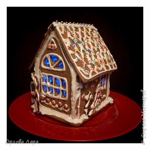 Такой сказочный домик может стать замечательным подарком на Новый год или на Рождество. И будет украшением любого праздничного стола.  Это второй домик в моей жизни. Первый я делала в прошлом году из имбирных пряников, но вкус меня разочаровал. Поэтому в этом году я решила заменить имбирные пряники на свои любимые имбирные печеньки:) Итак, вот отличный рецепт  Для такого домика нам потребуется: 100 гр очень мягкого сливочного масла (лучше использовать 82,5% жирности) 1 яйцо 200 гр муки 3 ч.л. меда 110 гр сахара 1,5 ч.л. пищевой соды (без горки) 2 ч.л. молотого имбиря 1 ч.л. молотого кардамона 1 ч.л. корицы (я очень люблю корицу, поэтому добавляла 3 ч.л.) Ход работы: 1. Растопить мёд на водяной бане или поставить в микроволновку на 15-20 секунд, чтобы он стал прозрачным и жидким. 2. Размять в миске сливочное масло и сахар, затем хорошенько перемешать миксером.  3. Добавить в смесь масла и сахара одно яйцо и растопленный мёд. Ещё раз перемешать миксером. 4. В отдельной миске смешать муку, соду и специи. Важно очень хорошо перемешать (можно просеять через сито) чтобы специи равномерно распределись. 5. Высыпать муку со специями в миску с масляной смесью и замесить тесто.  6. Если получается слишком жидким добавить ещё немного муки. 7. Затем оставить его в холодильнике часа на полтора что немного подмёрзло.   фото 13
