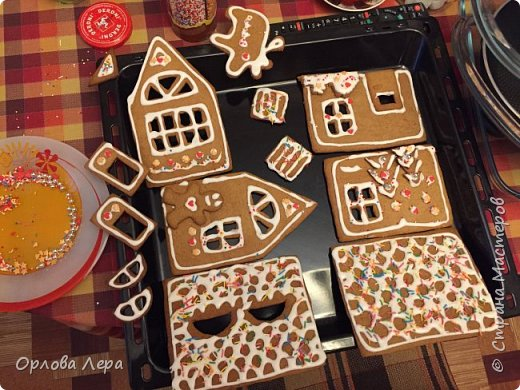 Такой сказочный домик может стать замечательным подарком на Новый год или на Рождество. И будет украшением любого праздничного стола.  Это второй домик в моей жизни. Первый я делала в прошлом году из имбирных пряников, но вкус меня разочаровал. Поэтому в этом году я решила заменить имбирные пряники на свои любимые имбирные печеньки:) Итак, вот отличный рецепт  Для такого домика нам потребуется: 100 гр очень мягкого сливочного масла (лучше использовать 82,5% жирности) 1 яйцо 200 гр муки 3 ч.л. меда 110 гр сахара 1,5 ч.л. пищевой соды (без горки) 2 ч.л. молотого имбиря 1 ч.л. молотого кардамона 1 ч.л. корицы (я очень люблю корицу, поэтому добавляла 3 ч.л.) Ход работы: 1. Растопить мёд на водяной бане или поставить в микроволновку на 15-20 секунд, чтобы он стал прозрачным и жидким. 2. Размять в миске сливочное масло и сахар, затем хорошенько перемешать миксером.  3. Добавить в смесь масла и сахара одно яйцо и растопленный мёд. Ещё раз перемешать миксером. 4. В отдельной миске смешать муку, соду и специи. Важно очень хорошо перемешать (можно просеять через сито) чтобы специи равномерно распределись. 5. Высыпать муку со специями в миску с масляной смесью и замесить тесто.  6. Если получается слишком жидким добавить ещё немного муки. 7. Затем оставить его в холодильнике часа на полтора что немного подмёрзло.   фото 4