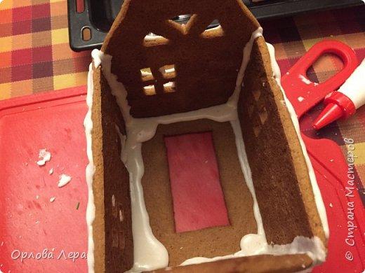 Такой сказочный домик может стать замечательным подарком на Новый год или на Рождество. И будет украшением любого праздничного стола.  Это второй домик в моей жизни. Первый я делала в прошлом году из имбирных пряников, но вкус меня разочаровал. Поэтому в этом году я решила заменить имбирные пряники на свои любимые имбирные печеньки:) Итак, вот отличный рецепт  Для такого домика нам потребуется: 100 гр очень мягкого сливочного масла (лучше использовать 82,5% жирности) 1 яйцо 200 гр муки 3 ч.л. меда 110 гр сахара 1,5 ч.л. пищевой соды (без горки) 2 ч.л. молотого имбиря 1 ч.л. молотого кардамона 1 ч.л. корицы (я очень люблю корицу, поэтому добавляла 3 ч.л.) Ход работы: 1. Растопить мёд на водяной бане или поставить в микроволновку на 15-20 секунд, чтобы он стал прозрачным и жидким. 2. Размять в миске сливочное масло и сахар, затем хорошенько перемешать миксером.  3. Добавить в смесь масла и сахара одно яйцо и растопленный мёд. Ещё раз перемешать миксером. 4. В отдельной миске смешать муку, соду и специи. Важно очень хорошо перемешать (можно просеять через сито) чтобы специи равномерно распределись. 5. Высыпать муку со специями в миску с масляной смесью и замесить тесто.  6. Если получается слишком жидким добавить ещё немного муки. 7. Затем оставить его в холодильнике часа на полтора что немного подмёрзло.   фото 6