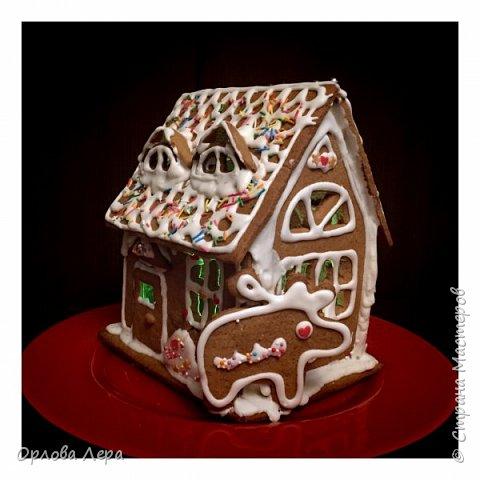 Такой сказочный домик может стать замечательным подарком на Новый год или на Рождество. И будет украшением любого праздничного стола.  Это второй домик в моей жизни. Первый я делала в прошлом году из имбирных пряников, но вкус меня разочаровал. Поэтому в этом году я решила заменить имбирные пряники на свои любимые имбирные печеньки:) Итак, вот отличный рецепт  Для такого домика нам потребуется: 100 гр очень мягкого сливочного масла (лучше использовать 82,5% жирности) 1 яйцо 200 гр муки 3 ч.л. меда 110 гр сахара 1,5 ч.л. пищевой соды (без горки) 2 ч.л. молотого имбиря 1 ч.л. молотого кардамона 1 ч.л. корицы (я очень люблю корицу, поэтому добавляла 3 ч.л.) Ход работы: 1. Растопить мёд на водяной бане или поставить в микроволновку на 15-20 секунд, чтобы он стал прозрачным и жидким. 2. Размять в миске сливочное масло и сахар, затем хорошенько перемешать миксером.  3. Добавить в смесь масла и сахара одно яйцо и растопленный мёд. Ещё раз перемешать миксером. 4. В отдельной миске смешать муку, соду и специи. Важно очень хорошо перемешать (можно просеять через сито) чтобы специи равномерно распределись. 5. Высыпать муку со специями в миску с масляной смесью и замесить тесто.  6. Если получается слишком жидким добавить ещё немного муки. 7. Затем оставить его в холодильнике часа на полтора что немного подмёрзло.   фото 1