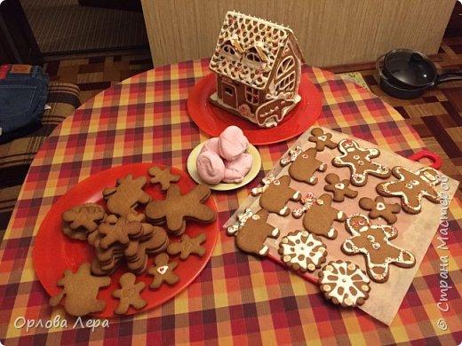 Такой сказочный домик может стать замечательным подарком на Новый год или на Рождество. И будет украшением любого праздничного стола.  Это второй домик в моей жизни. Первый я делала в прошлом году из имбирных пряников, но вкус меня разочаровал. Поэтому в этом году я решила заменить имбирные пряники на свои любимые имбирные печеньки:) Итак, вот отличный рецепт  Для такого домика нам потребуется: 100 гр очень мягкого сливочного масла (лучше использовать 82,5% жирности) 1 яйцо 200 гр муки 3 ч.л. меда 110 гр сахара 1,5 ч.л. пищевой соды (без горки) 2 ч.л. молотого имбиря 1 ч.л. молотого кардамона 1 ч.л. корицы (я очень люблю корицу, поэтому добавляла 3 ч.л.) Ход работы: 1. Растопить мёд на водяной бане или поставить в микроволновку на 15-20 секунд, чтобы он стал прозрачным и жидким. 2. Размять в миске сливочное масло и сахар, затем хорошенько перемешать миксером.  3. Добавить в смесь масла и сахара одно яйцо и растопленный мёд. Ещё раз перемешать миксером. 4. В отдельной миске смешать муку, соду и специи. Важно очень хорошо перемешать (можно просеять через сито) чтобы специи равномерно распределись. 5. Высыпать муку со специями в миску с масляной смесью и замесить тесто.  6. Если получается слишком жидким добавить ещё немного муки. 7. Затем оставить его в холодильнике часа на полтора что немного подмёрзло.   фото 14