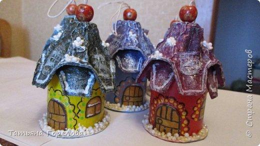 Ничего нового не открываю, однако  показываю содеянное. Праздника не почувствуешь, если не готовиться к нему. Елочные игрушки сделаны из ваты на основе картона. Они плоскостные двухсторонние. Домики сделана из бросового материала ( рулоны из-под туалетной бумаги, яичные ячейки, пшено старое, остатки из кружева) фото 2