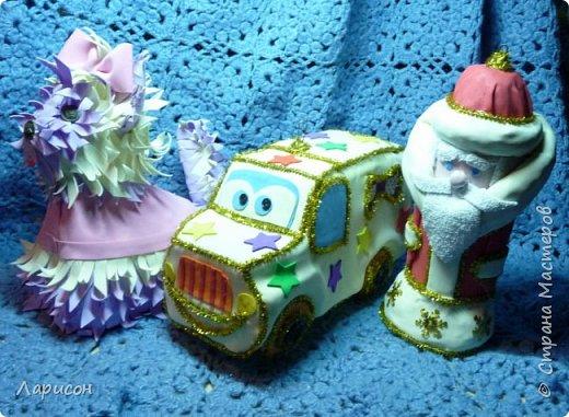 С НОВЫМ ГОДОМ!!! Был у нас, как и в прошлом году конкурс игрушки на городскую ёлку с параметрами 20-25см и весом не более200гр. Я не думала участвовать, как - то не до этого было, но дочки очень хотели... С Сашей мы делали Деда Мороза из пластиковой бутылки, фольги и фоамирана. Он не выиграл в конкурсе... А две другие игрушки висят на нашей городской ёлке перед администрацией... Собачку Йорка делали с Лерой, не знаю как получилось с породой, она всё на кошку была похоже, пока мордочку с ушами не наклеили... Автобус - это такая пластиковая бутылка, в которой нам бабушка как-то дарила кубики... колёса мальчишки сломали, да и на ней и сидели и стояли...ну более-менее поправила её, отрезала закрывашку взади автобуса  и сделала игрушку для младшего сына в садик... В фикс-прайсе купила мелкую мишуру на проволоке, очень понравилась, нужно сходить и если будет распродажа новогоднего и она останется прикупить на следующий год...