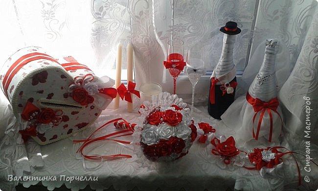 Еще несколько работ в свадебной тематике было у меня . В апреле месяце женился мой племянник.Угадайте кто занимался оформлением?)))Ну конечно... Цвет свадьбы захотели красно-белый.Цветы-розы.Розы было решено делать из лент.Розы делала моя сестра Машенька Горева. Вот набор целиком.Извините за освещение и качество фото,Все снято на телефон. фото 1