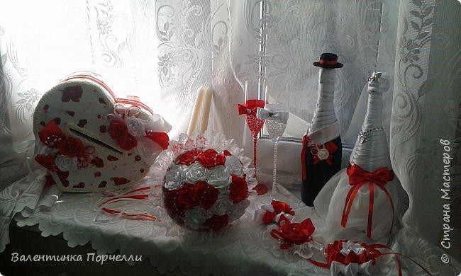 Еще несколько работ в свадебной тематике было у меня . В апреле месяце женился мой племянник.Угадайте кто занимался оформлением?)))Ну конечно... Цвет свадьбы захотели красно-белый.Цветы-розы.Розы было решено делать из лент.Розы делала моя сестра Машенька Горева. Вот набор целиком.Извините за освещение и качество фото,Все снято на телефон. фото 2