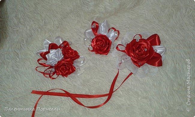 Еще несколько работ в свадебной тематике было у меня . В апреле месяце женился мой племянник.Угадайте кто занимался оформлением?)))Ну конечно... Цвет свадьбы захотели красно-белый.Цветы-розы.Розы было решено делать из лент.Розы делала моя сестра Машенька Горева. Вот набор целиком.Извините за освещение и качество фото,Все снято на телефон. фото 9