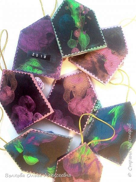 Здравствуйте. К Новому году я делала небольшие подарки для коллег и знакомых. В том числе - и  ароматические саше. А помогал мне их делать мой младший сын :-) фото 7
