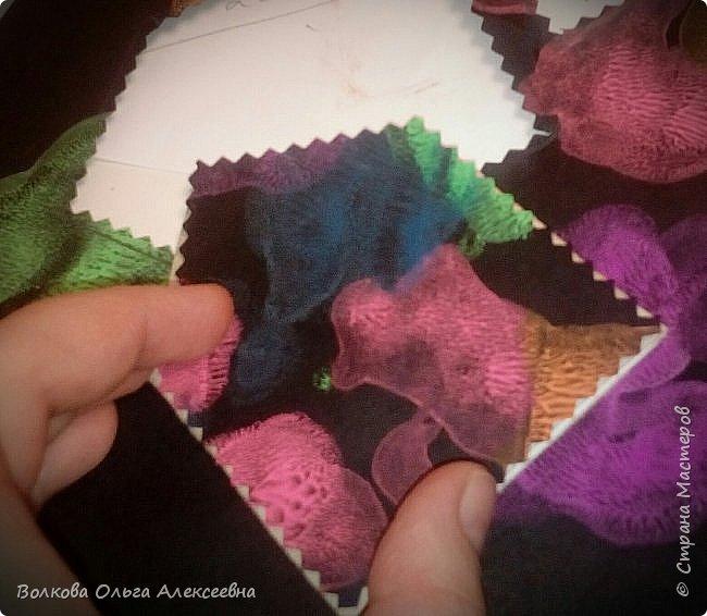 Здравствуйте. К Новому году я делала небольшие подарки для коллег и знакомых. В том числе - и  ароматические саше. А помогал мне их делать мой младший сын :-) фото 12