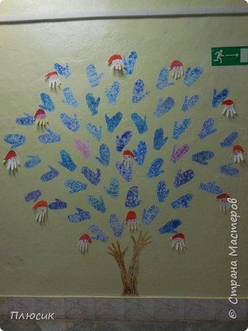 Рада поделиться идеей. Такое дерево выросло осенью в школе силами учеников начальных классов. Хотя потом захотели присоединиться и более старшие дети. Позднее появился и ёжик. Руки-стволы сделаны из сжатой кальки, потом покрашены краской, передавая кору дерева. фото 12