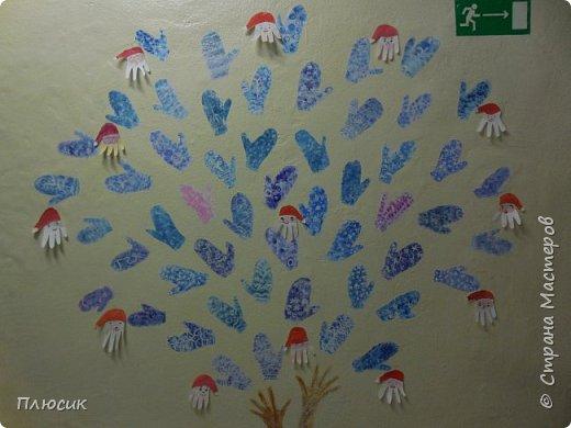 Рада поделиться идеей. Такое дерево выросло осенью в школе силами учеников начальных классов. Хотя потом захотели присоединиться и более старшие дети. Позднее появился и ёжик. Руки-стволы сделаны из сжатой кальки, потом покрашены краской, передавая кору дерева. фото 13