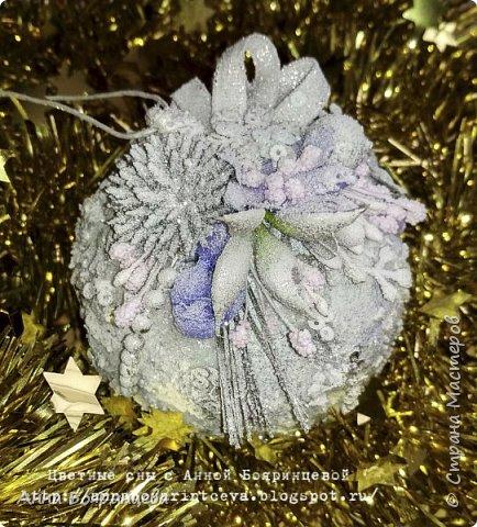 Всем привет в новом 2018 году!!!!! Это первый мой пост в этом году. Зря времени не теряла, сделала альбомчик про новый год, который уже скоро покажу. А пока набор шариков, которые делала на подарок. К ним делала коробочку, бумагу которой обклеена коробка делала сама, при помощи акриловых красок с перламутром. На шариках фиолетовые блестки, поэтому декор сиреневый и фиолетовый. фото 7