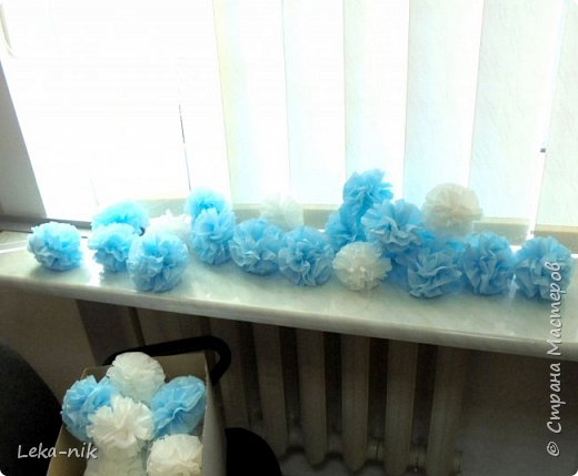 Две пачки салфеток (белая и голубая)