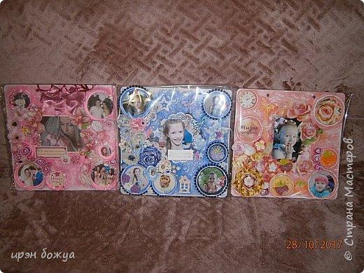 Я с продолжением фоторамок. Первую я выложила раньше-это розовая(слева).Смотреть тут https://stranamasterov.ru/node/1127110 . После сделала еще две в подарки на Новый год. Розовая-свадебная, синяя и персиковая с детками. И так смотрим синюю и персиковую. фото 1