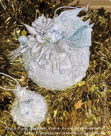 Всем привет!!! У меня еще один набор шариков из прошлого года, которые еще не показала. Делала тоже на подарок. Теперь в голубом оформлении. На шариках голубые блестки и голубой декор.   фото 3