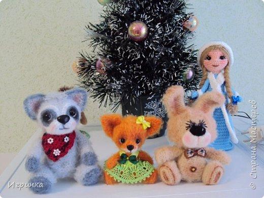 Здравствуйте всем! Вот и прошли все новогодние праздники, а вместе с ними родились новые игрушки. Представляю вам трех зайчиков, выпрыгнувших из-под новогодней ёлки. Автор  описания этих двух малышей замечательная мастерица Мария Мюллер. Зайки связаны пряжей Хлопок травка от Камтекс, крючок 2мм, ростиком 14 см без ушек и 20 см вместе с ушками. фото 12