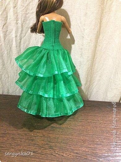 """Конкурсная фотография для группы ВК. Для конкурса был изготовлен наряд """"Елочка"""" для куклы Барби, рождественский колпак, а также для интерьера подушечки. Украшение на голове куклы сделано из пластиковой снежинки. Цветочное платье и елочка были изготовлены задолго до конкурса. Елочка изготовлена из синельных палочек и деревянных шпажек.  фото 3"""